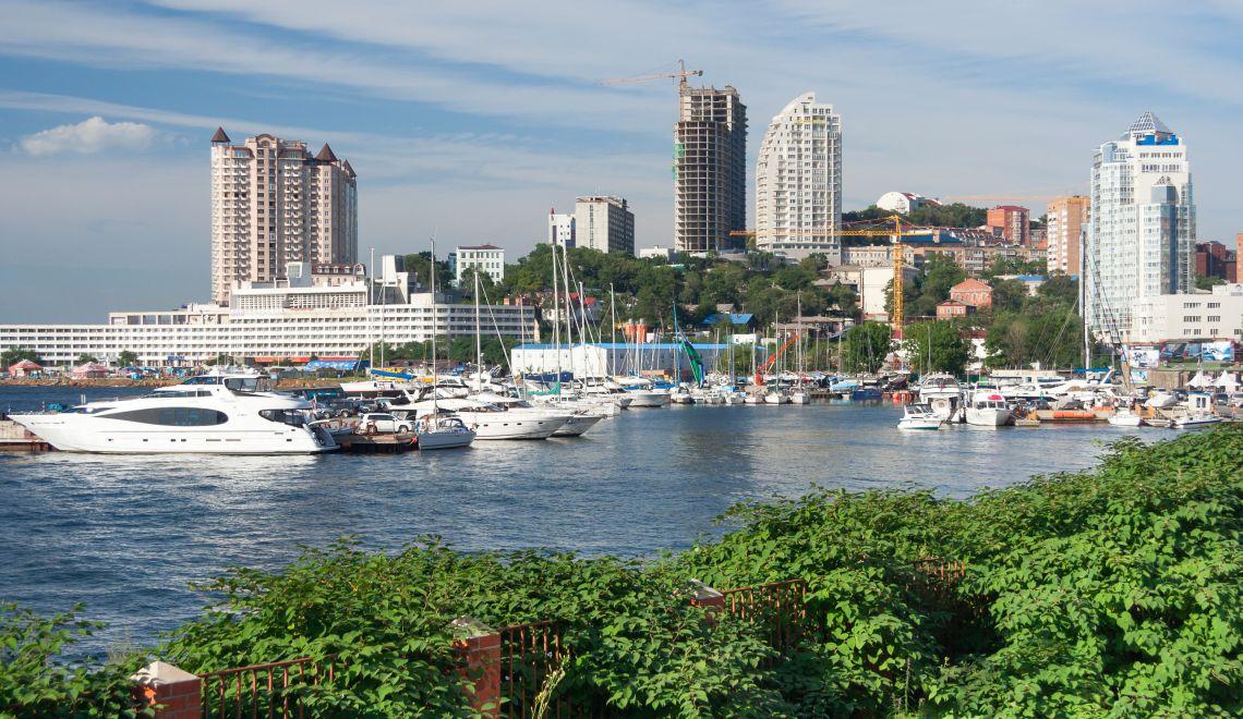 Segelboote und Wohn-Hochhäuser in Wladiwostok