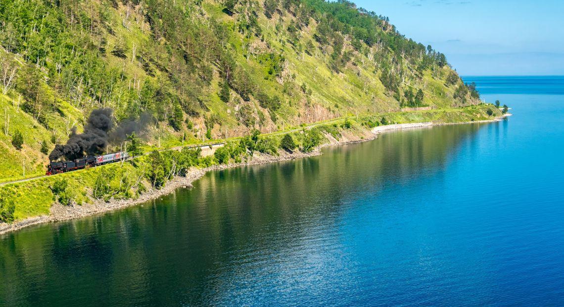 Zugfahrt entlang dem Baikalsee