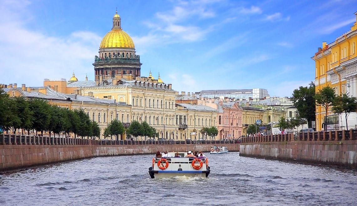 St. Petersburg. Bootsfahrt durch die Kanäle