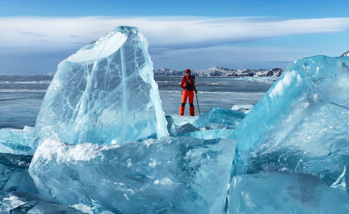 Eisblöcke auf dem gefrorenen Baikalsee